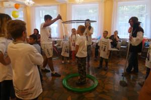 Шоу огромных мыльных пузырей вызвало у детей настоящий восторг