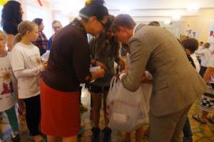 """Фонд """"Время"""" раздал семьям 41 пакет с подарками"""