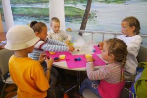 Для детей был проведен мастер-класс по изготовлению тортиков из печенья и съедобного пластилина