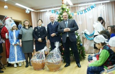 Павел Давыдов поздравил воспитателей центра поддержки семьи и детства «Планета семьи» и их подопечных с наступающими праздниками