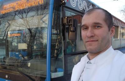 Водитель автобуса Роман Шер помог потушить горящий автомобиль на улице Братеевская