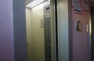 В ходе настоящей проверки установлено, что всеми управляющими организациями, расположенными на поднадзорной территории, заключены договоры на техническое обслуживание и ремонт лифтового оборудования