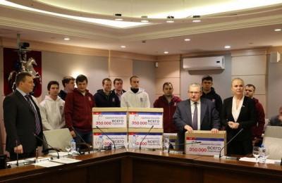 Депутаты ЕР передали в Мосгордуму подписи 350 тысяч москвичей за увеличение льгот по капремонту