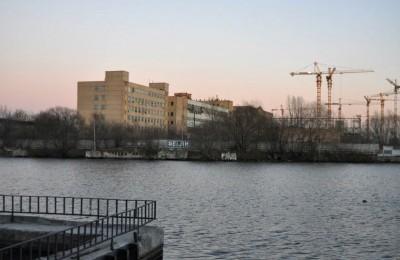 На фото ЗИЛ со стороны Новоданиловской набережной