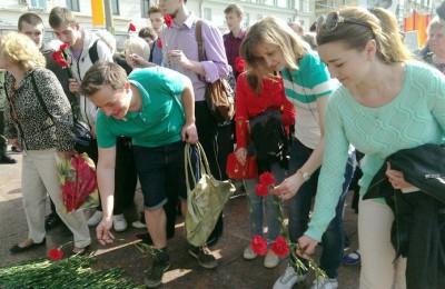 Ребята возложили цветы к памятнику ополченцам Пролетарского района