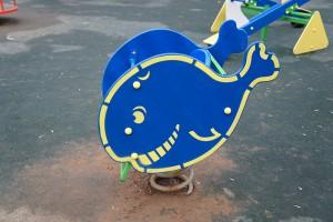 Качели на детской площадке в районе Царицыно