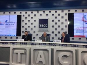 Слева глава Федерального агентства по делам национальностей Игорь Баринов