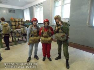 Трое парашютистов готовятся к скором прыжкам