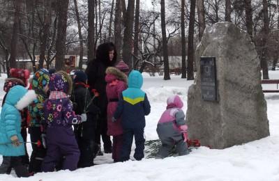Возложение цветов к памятнику Защитникам Отечества в парке «Сосенки»