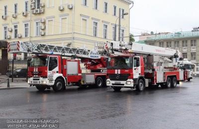 Сотрудники МЧС спасли 8 жителей района Царицыно во время пожара