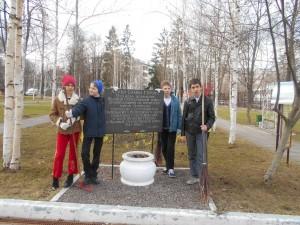 Участники уборки на Аллее славы Героев Великой Отечественной войны