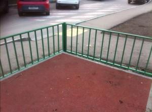 В районе Царицыно заменили ограждения на детской площадке во дворе дома 44, корпус 3 на Кавказском бульваре