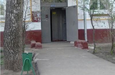 Мусорная корзина появилась во дворе дома на Каспийской улице