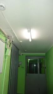 По просьбе местного жителя в районе Царицыно восстановили освещение в подъезде