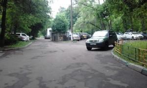 Городские службы очистили двор от битого асфальта, который остался после ремонта дороги