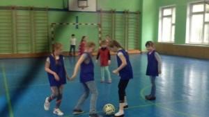 Дети во время игры в лагере