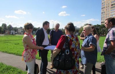 Глава управы Сергей Белов с жителями обсуждают проект сквера