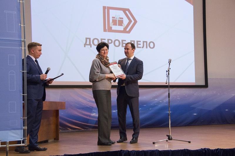 Вячеслав Шуленин вручает благодарности участникам проекта