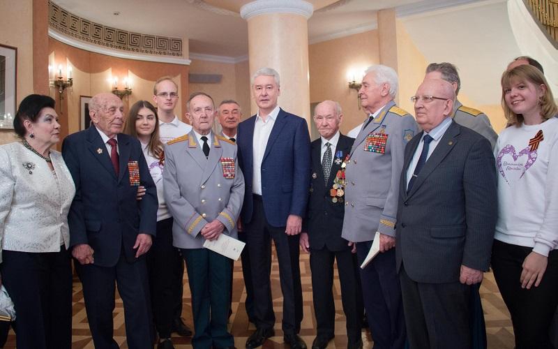 Мэр Москвы Сергей Собянин вместе с волонтерами и ветеранами