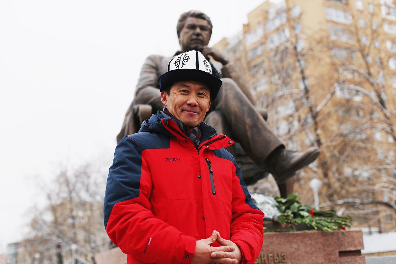 Собянин открыл в Москве памятник Чингизу Айтматову к 90-летию писателя